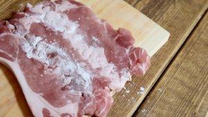 豚肉の切れ目に片栗粉をかける