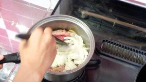 玉ねぎを加えて炒める